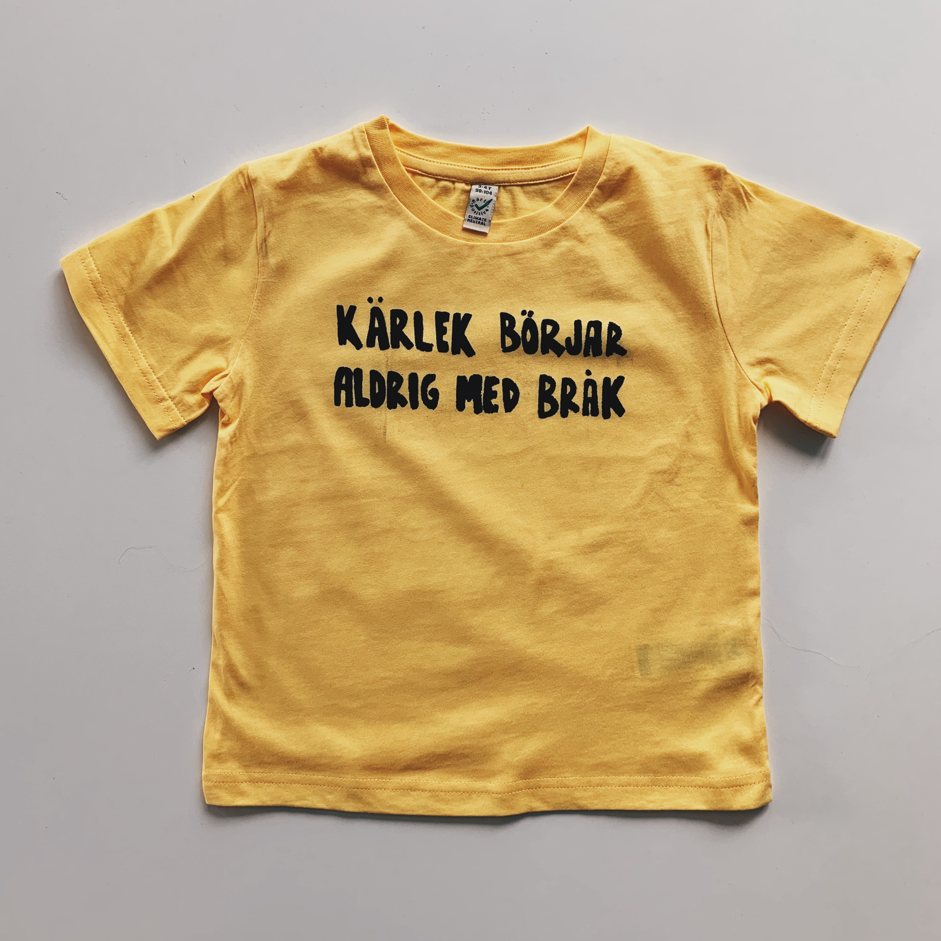Gul T-shirt i barnstorlek - Kärlek börjar aldrig med bråk