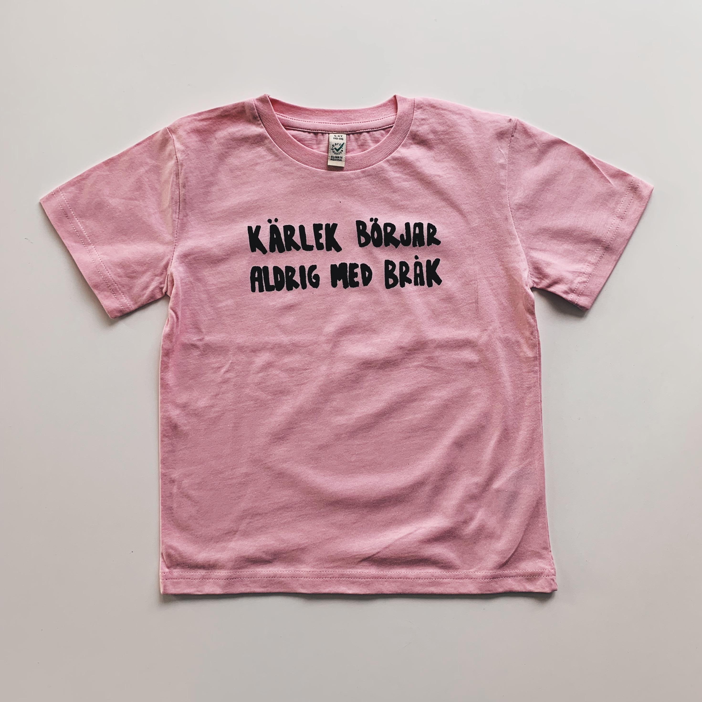 Rosa T-shirt i barnstorlek - Kärlek börjar aldrig med bråk
