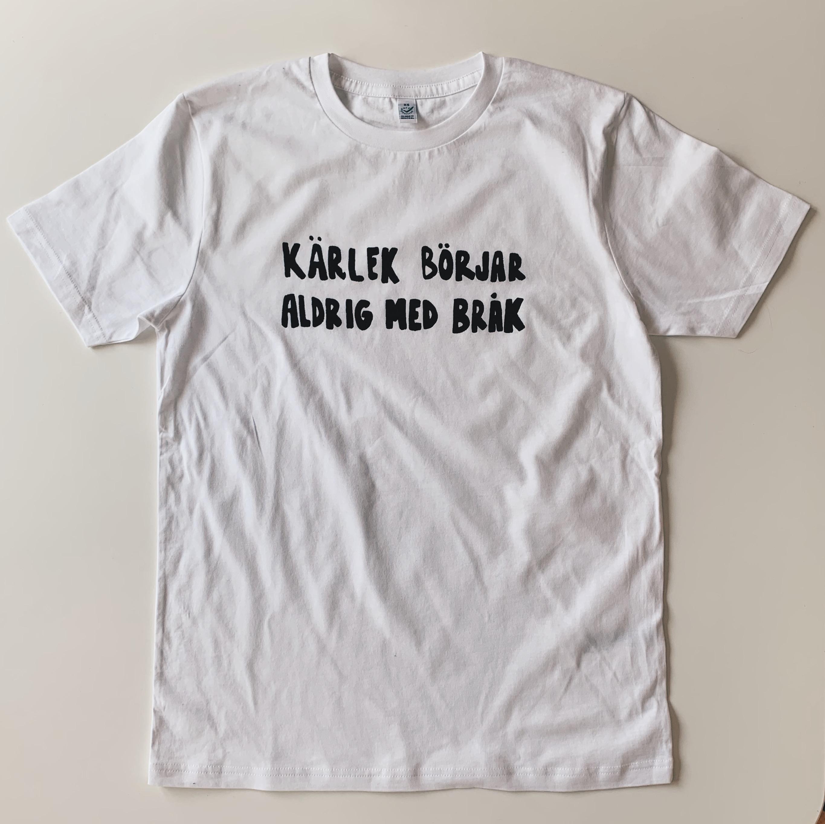 Vit T-shirt i unisexmodell – Kärlek börjar aldrig med bråk